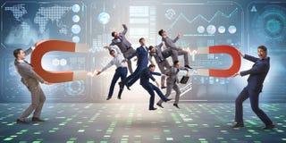 Biznesmen w rekrutacyjnym pojęciu z podkowa magnesem Fotografia Royalty Free