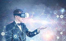 Biznesmen w VR szkłach, sieć hologram Fotografia Stock