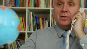Biznesmen Wewnętrznej Biurowej rozmowy Biznesowy Używa telefon i uśmiech Zadawalający zbiory wideo