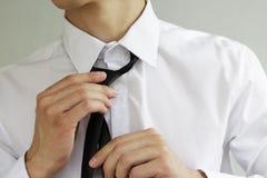 Biznesmen wiąże krawat w białej koszula Obraz Stock