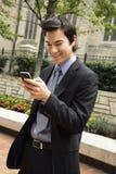 biznesmen wiadomości telefonu komórki się uśmiecha obrazy stock