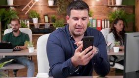 Biznesmen wideo wezwanie i opowiada głośno w biurze zdjęcie wideo