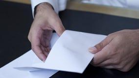 Biznesmen wręcza otwierać kopertę Zdjęcie Royalty Free