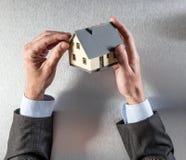 Biznesmen wręcza patrzeć dach dla domowego otaksowania lub izolaci Zdjęcie Stock
