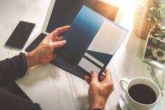 Biznesmen Wręcza trzymać Nową prezent kartę lub Kredytową kartę Fotografia Royalty Free