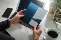 Biznesmen Wręcza trzymać Nową prezent kartę lub Kredytową kartę, digita Fotografia Royalty Free