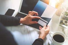 Biznesmen Wręcza trzymać Nową prezent kartę lub Kredytową kartę, digita Obrazy Royalty Free