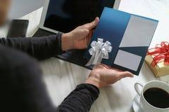 Biznesmen Wręcza trzymać Nową prezent kartę lub Kredytową kartę, digita Zdjęcie Royalty Free
