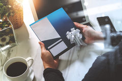 Biznesmen Wręcza trzymać Nową prezent kartę lub Kredytową kartę, digita Zdjęcia Stock