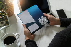 Biznesmen Wręcza trzymać Nową prezent kartę lub Kredytową kartę, digita Obraz Royalty Free