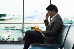 Biznesmen wręcza używać smartphone i ikony sieć związek, Na całym świecie Fotografia Royalty Free