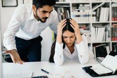 Biznesmen wrzeszczy przy żeńskim kolegą w biurze obrazy royalty free