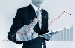 Biznesmen wskazuje dźwiganie wykres na ekranie Biznesowy przyrosta, inwestyci i finanse pojęcie, Fotografia Royalty Free