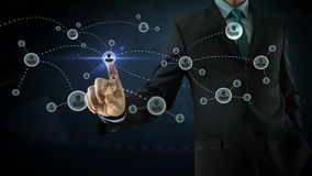 Biznesmen wskazuje na ogólnospołecznych sieć środkach