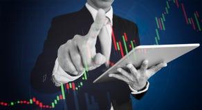 Biznesmen wskazuje palec na wykresu diagramie Biznesowy przyrosta, inwestyci i finanse pojęcie, Obraz Royalty Free