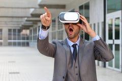 Biznesmen wskazuje podczas gdy używać rzeczywistość wirtualna szkła obraz royalty free