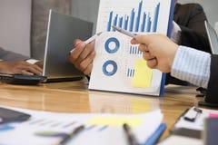 Biznesmen wskazuje przy analitycznym pieniężnej księgowości rynku cha Zdjęcia Royalty Free