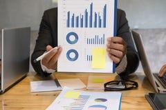 Biznesmen wskazuje przy analitycznym pieniężnej księgowości rynku cha Obraz Royalty Free