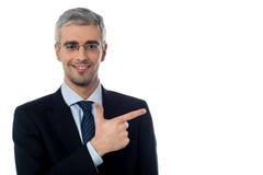 Biznesmen wskazuje przy coś obrazy stock