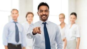 Biznesmen wskazuje ty nad biznes drużyną zdjęcie stock