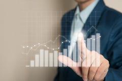 Biznesmen wskazuje wykresu przyszłego wzrosta korporacyjnego plan Obrazy Stock