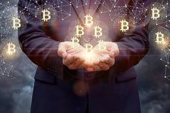Biznesmen wspiera bitcoins w jego rękach zdjęcie royalty free