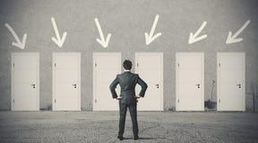 Biznesmen wybiera prawego drzwi Zdjęcia Stock