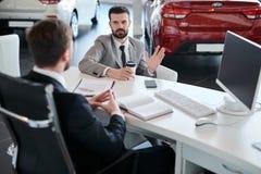 Biznesmen Wybiera samochód fotografia stock