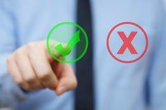 Biznesmen wybiera właściwej odpowiedzi ikonę zamiast mylną Zdjęcia Stock
