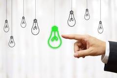 Biznesmen wybiera zielone światło żarówkę, pomysł & środowiska pojęcie, Obrazy Stock