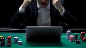 Biznesmen wygrywa online sporta zakład, uprawia hazard kasynową stronę internetową, nałóg obraz stock