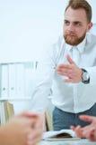 Biznesmen wyjaśnia biznesowych pomysły jego koledzy Zdjęcie Royalty Free
