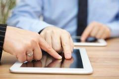 Biznesmen wyjaśnia raport na pastylka komputerze obrazy royalty free