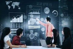 Biznesmen wyjaśnia wzrostowych wykresy w spotkaniu Obrazy Stock