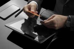 Biznesmen wykonuje bank transakcje w biurze zdjęcia royalty free