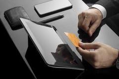 Biznesmen wykonuje bank transakcje w biurze zdjęcia stock