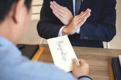 Biznesmen wysyła list rezygnacyjnego pracodawca szef odprawiać kontrakt i rezygnuje od pracy pojęcia po to, aby, odmienianie fotografia stock
