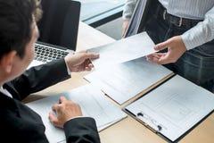 Biznesmen wysyła list rezygnacyjnego pracodawca szef rezygnować po to, aby odprawia kontrakt, odmienianie i rezygnować od pracy, fotografia stock