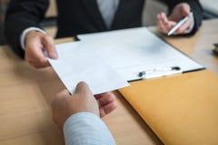 Biznesmen wysyła list rezygnacyjnego pracodawca szef rezygnować po to, aby odprawia kontrakt, odmienianie i rezygnować od pracy, obrazy royalty free