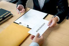 Biznesmen wysyła list rezygnacyjnego pracodawca szef rezygnować po to, aby odprawia kontrakt, odmienianie i rezygnować od pracy, zdjęcie stock