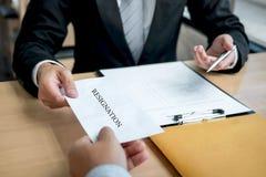 Biznesmen wysyła list rezygnacyjnego pracodawca szef rezygnować po to, aby odprawia kontrakt, odmienianie i rezygnować od pracy, zdjęcia stock