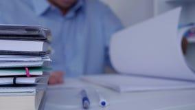 Biznesmen Wyszukuje Pieniężnych dokumenty i Rozlicza papiery w Biurowym pokoju zdjęcie wideo