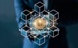 Biznesmen wzruszająca pastylka Bitcoin cryptocurrency z blockchain sieci związkiem i microcircuit ikona na globalnym wirtualnym s zdjęcia royalty free