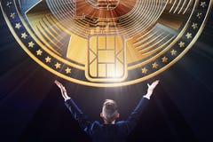 Biznesmen z blokowego łańcuchu kawałka waluty monety crypto portflem, biznesowa handel elektroniczny bankowość, górniczy pojęcie  Zdjęcia Royalty Free