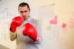 Biznesmen z bokserskich rękawiczek ponczem kamera, z kopii przestrzenią Zdjęcie Royalty Free