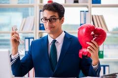 Biznesmen z bokserskimi rękawiczkami gniewnymi w biurze Fotografia Royalty Free