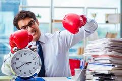 Biznesmen z bokserskimi rękawiczkami w biurze Zdjęcie Stock