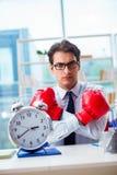 Biznesmen z bokserskimi rękawiczkami w biurze Obrazy Stock