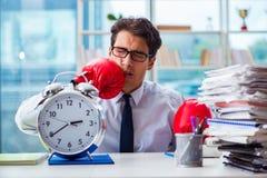 Biznesmen z bokserskimi rękawiczkami w biurze Fotografia Royalty Free