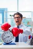 Biznesmen z bokserskimi rękawiczkami w biurze Zdjęcie Royalty Free